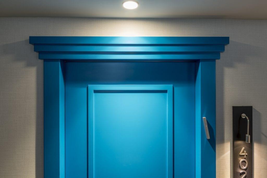 דלתות Custom  החריטות המעודנות מעניקות לדלת טביעת אצבע אישית שלא ניתן להתעלם ממנה.