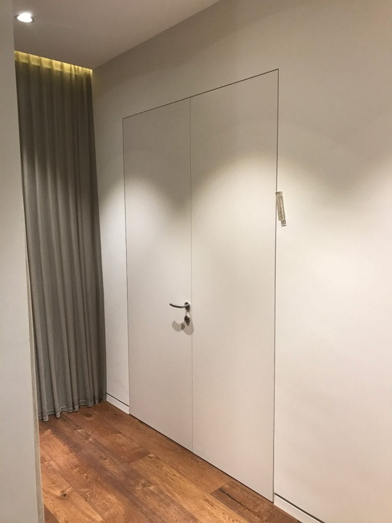 דלת נסתרת כפולה