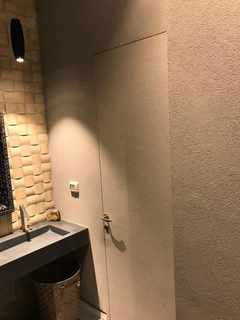 דלת נסתרת בחיפוי צבע בטון