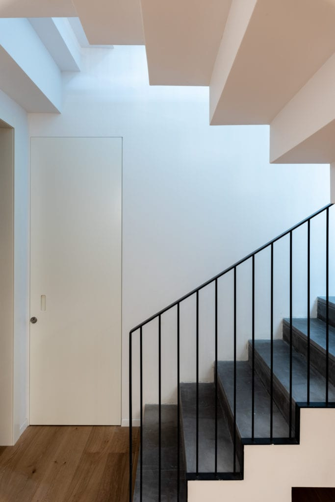 דלת נסתרת עם ידית אינטגרלית, מתחת לגרם מדרגות