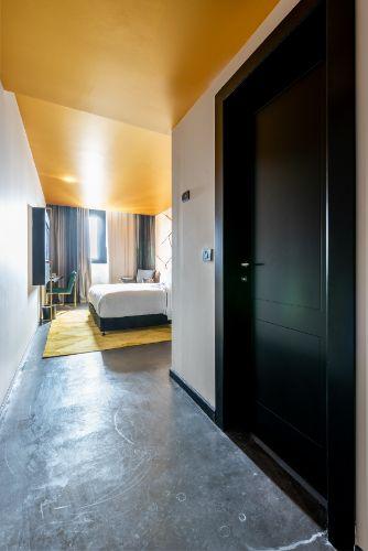 דלת מעוצבת בגוון שחור מט, עם חריטה עמוקה