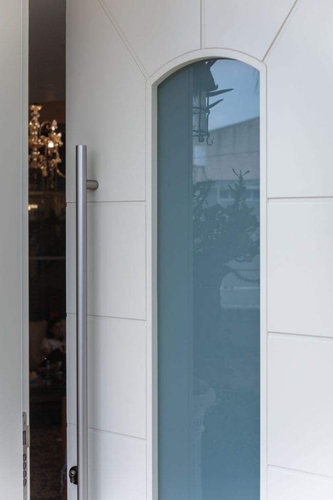 דלתות סרגלים מעוצבים בגוון לבן, המשלבים מראה יוקרתי וייחודי לפי בחירת האדריכל.
