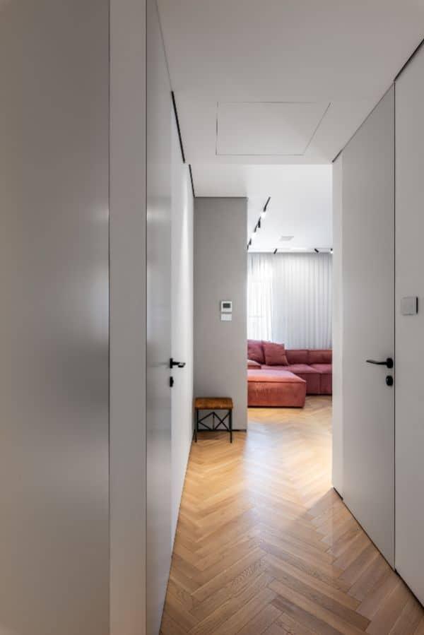 דלתות נסתרות קו אפס במסדרון המעניקות לכל החלל מראה אחיד, חלק ומרשים