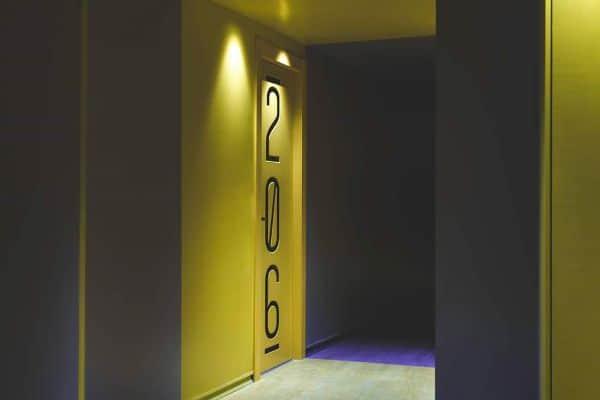 דלתות צבע עם חריטת מספרים בלייזר